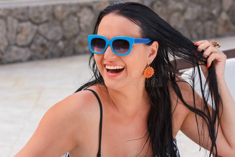 Lycklig härlig kvinna som tycker om sommarsemester royaltyfri foto