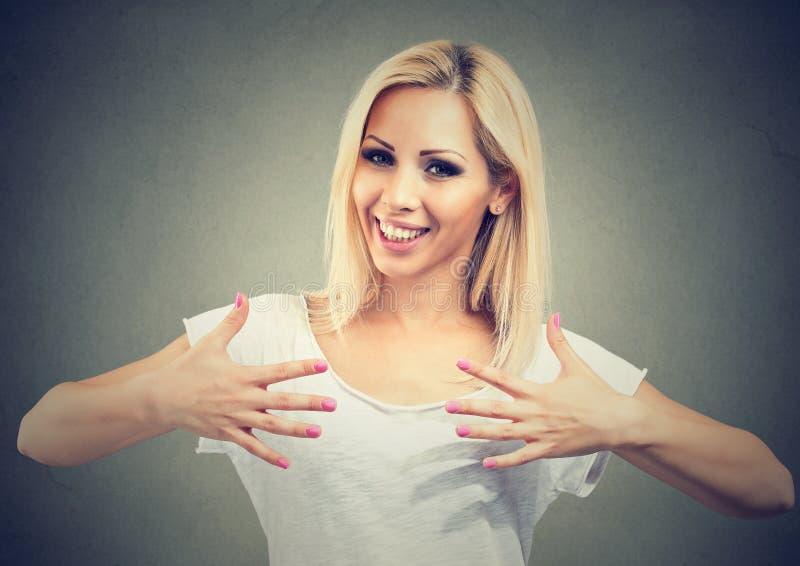 Lycklig härlig kvinnauppvisning spikar arkivfoton