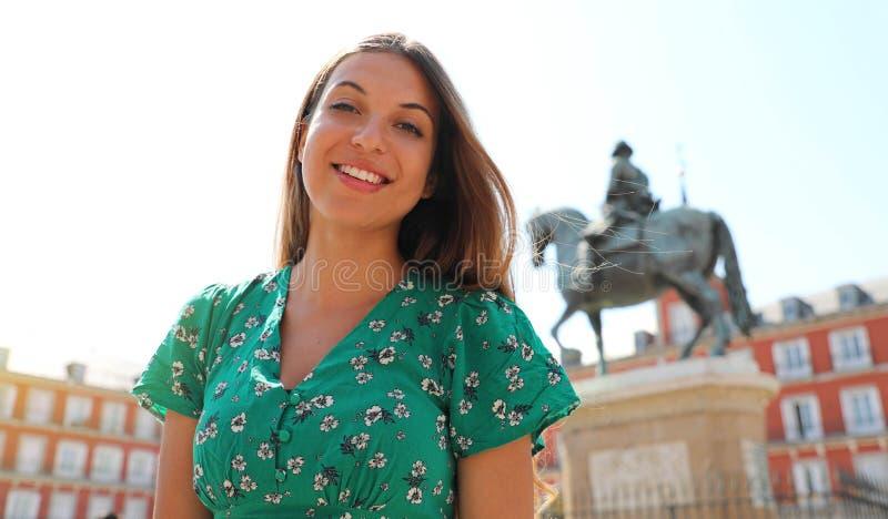 Lycklig härlig le kvinna i Plazaborgmästarefyrkanten, Madrid, Spanien royaltyfria bilder