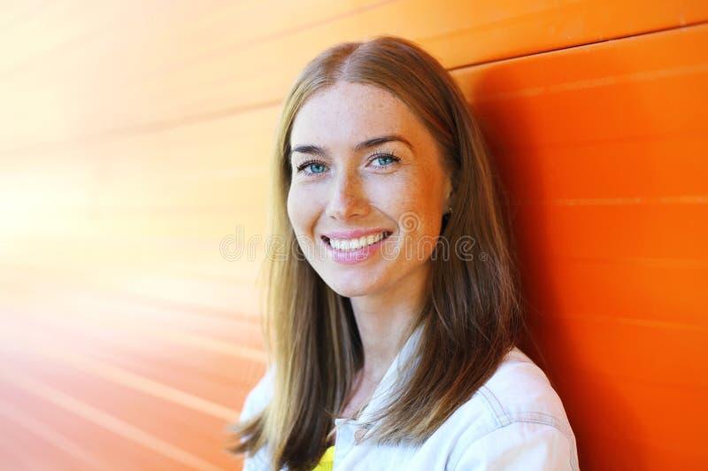 Lycklig härlig le kvinnacloseup över färgrik bakgrund royaltyfri bild