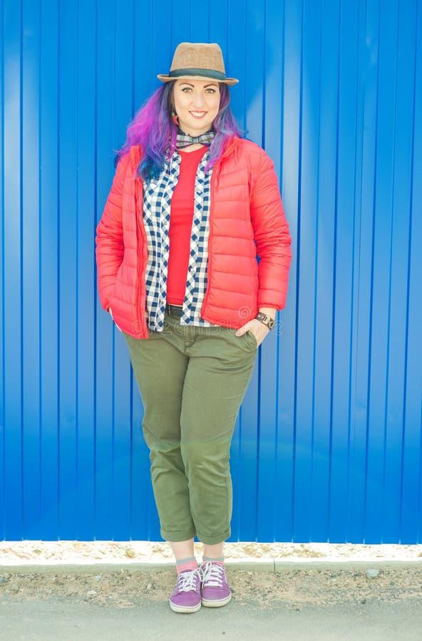 Lycklig härlig modehipsterkvinna med färgrikt hår arkivbilder