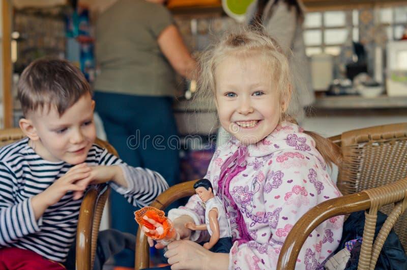 Lycklig härlig ung blond flicka royaltyfri foto