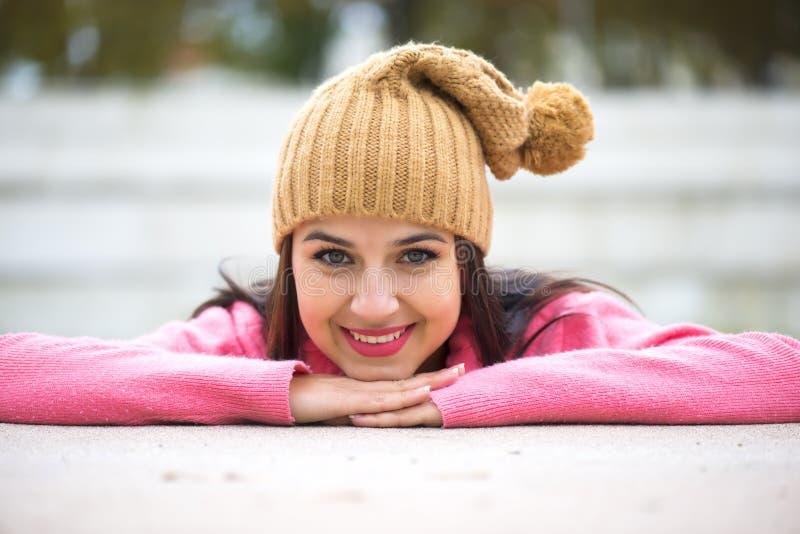 Lycklig härlig ung kvinna i utomhus- varm mjuk kläder arkivbilder