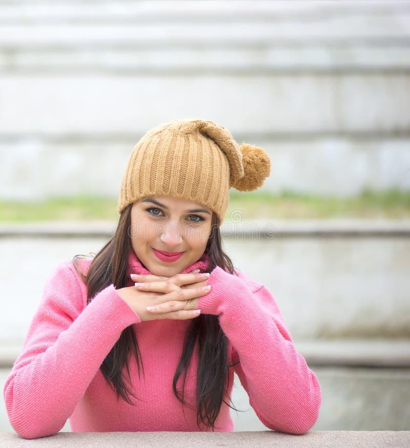 Lycklig härlig ung kvinna i utomhus- varm mjuk kläder arkivfoton
