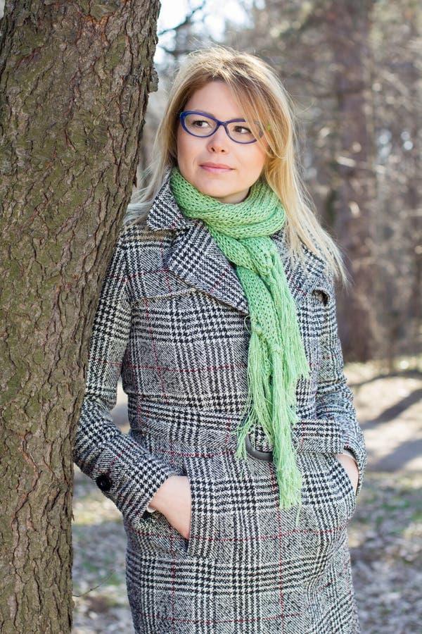 Lycklig härlig utomhus- stående för ung kvinna royaltyfria foton