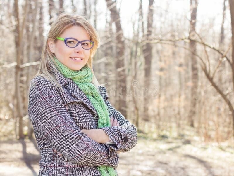 Lycklig härlig utomhus- stående för ung kvinna royaltyfria bilder