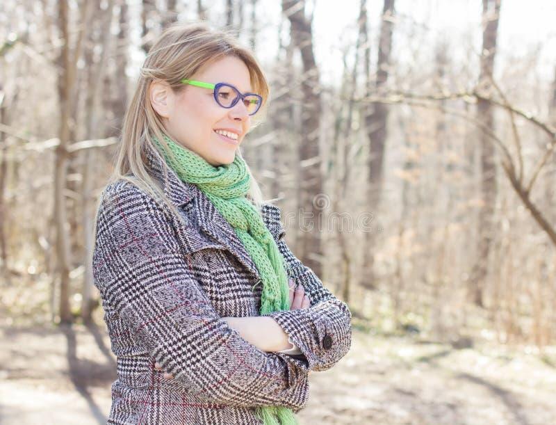 Lycklig härlig utomhus- stående för ung kvinna arkivbild