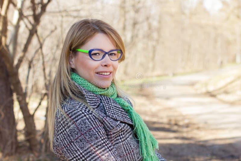 Lycklig härlig utomhus- stående för ung kvinna royaltyfri foto
