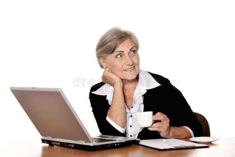 Lycklig hög affärskvinna arkivbilder