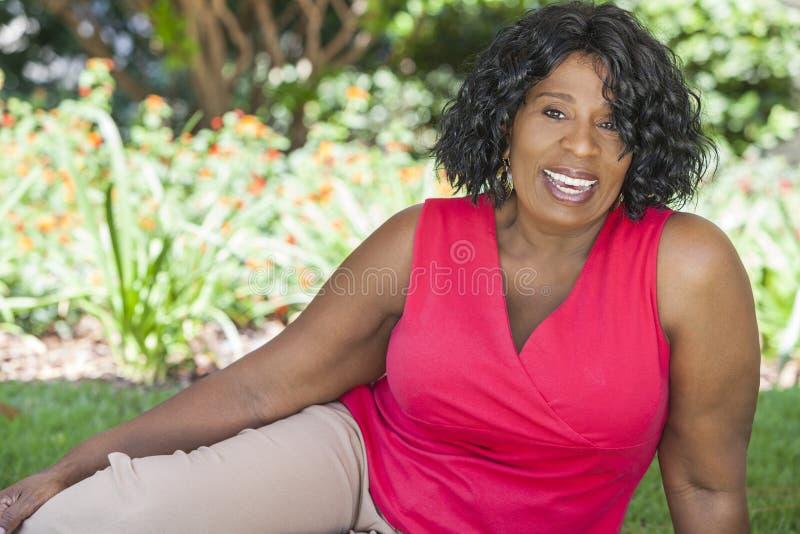 Lycklig hög afrikansk amerikankvinna royaltyfri foto