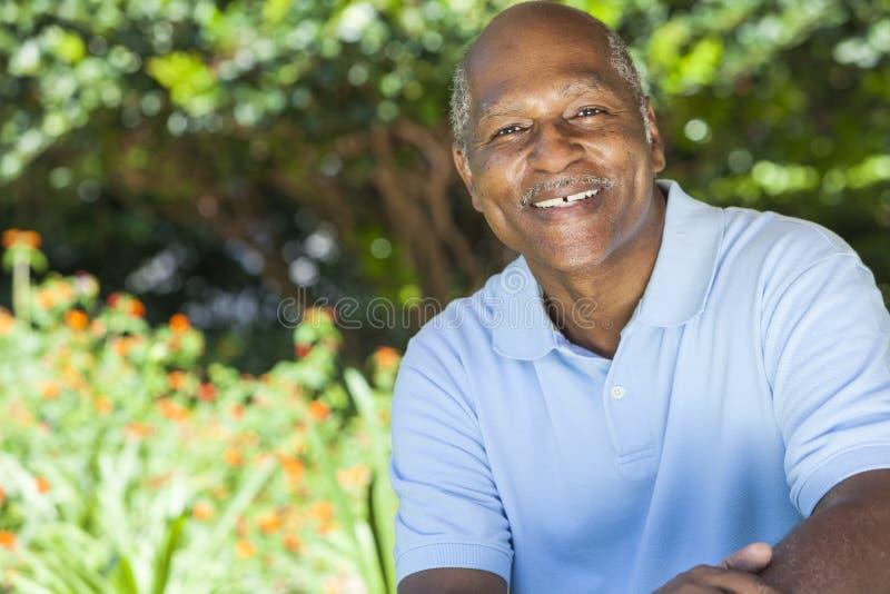 Lycklig hög afrikansk amerikanman arkivbild