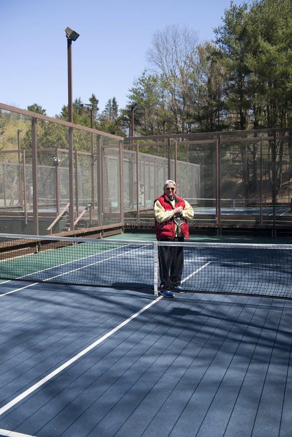 Lycklig hög domstol för skovel för idrottsman nenplattformtennis royaltyfri fotografi