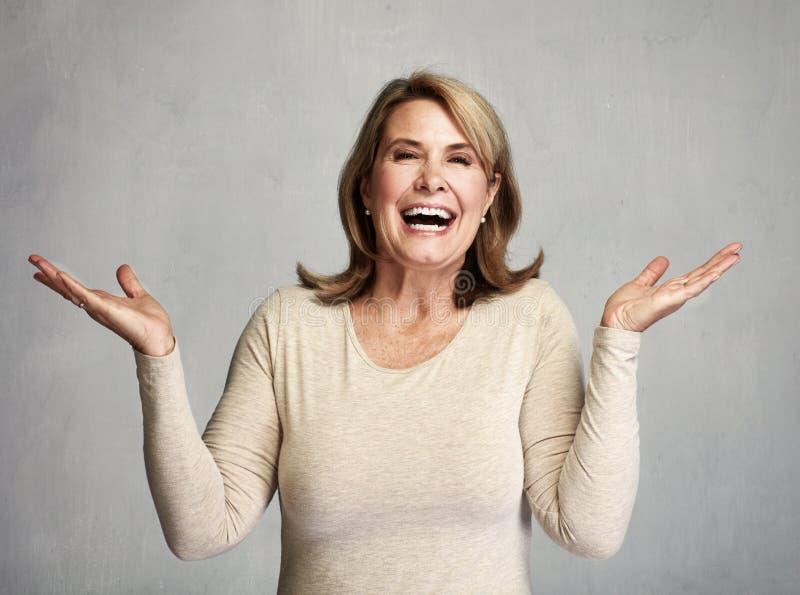 lycklig hög kvinna arkivbilder