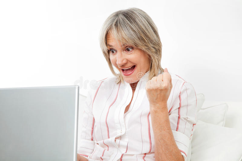 lycklig hög kvinna för dator royaltyfria bilder