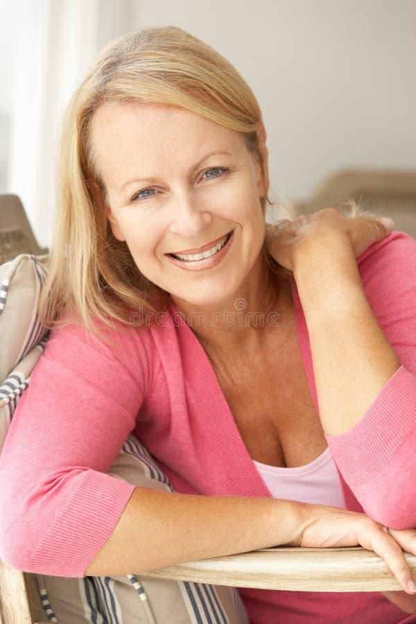 Lycklig hög kvinna hemma royaltyfria foton