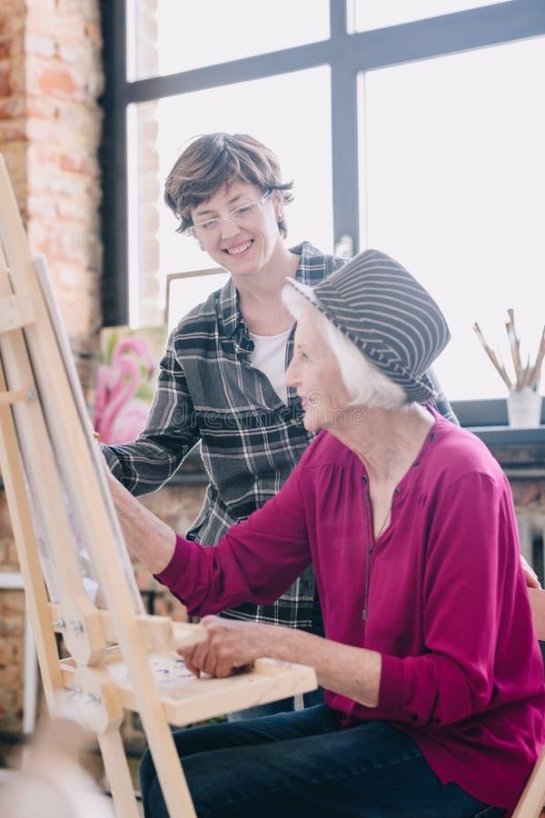 Lycklig hög kvinna i Art Class arkivfoton