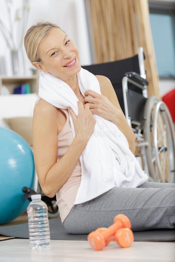 Lycklig hög kvinna som övar med hantlar på övningsboll royaltyfri foto