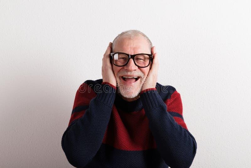 Lycklig hög man i den röda och blåa tröjan, studioskott arkivfoto