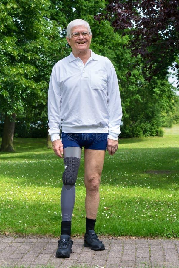 Lycklig hög man med det falska benet arkivbild