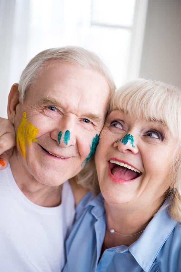Lycklig hög man och kvinna i färgrik målarfärg royaltyfria bilder