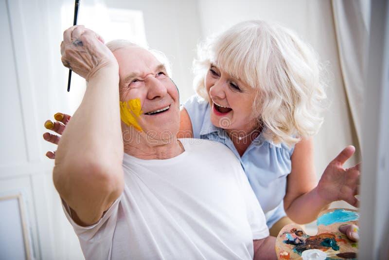 Lycklig hög man och kvinna i konstseminarium arkivfoto