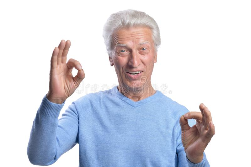 Lycklig hög man som visar ok tecken på vit bakgrund royaltyfri fotografi