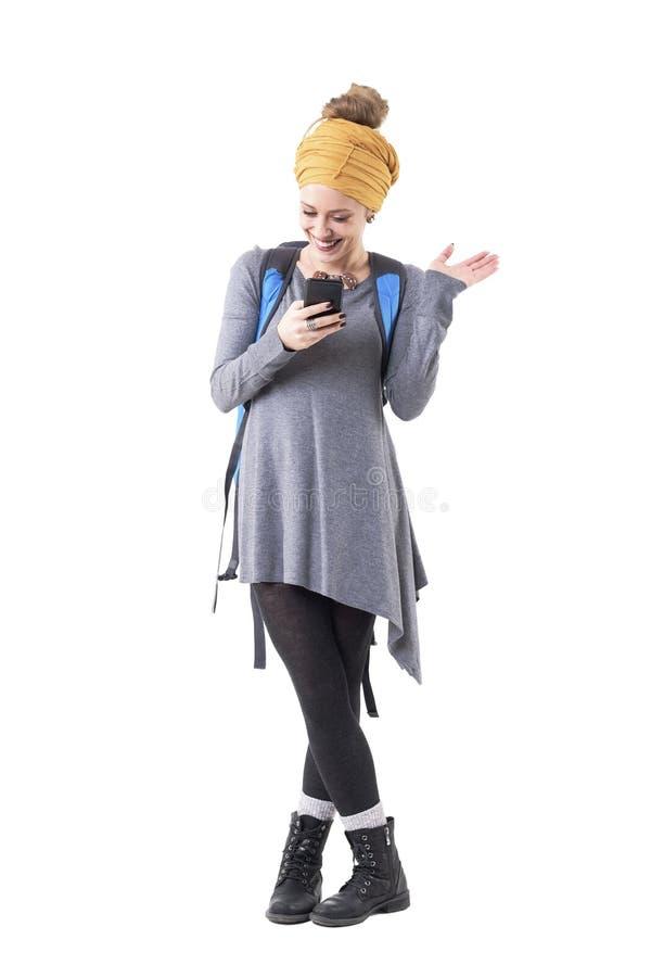Lycklig handelsresande för ung kvinna eller turist- stilfullt förbindelse med vänner på socialt nätverk genom att använda smartph royaltyfria bilder