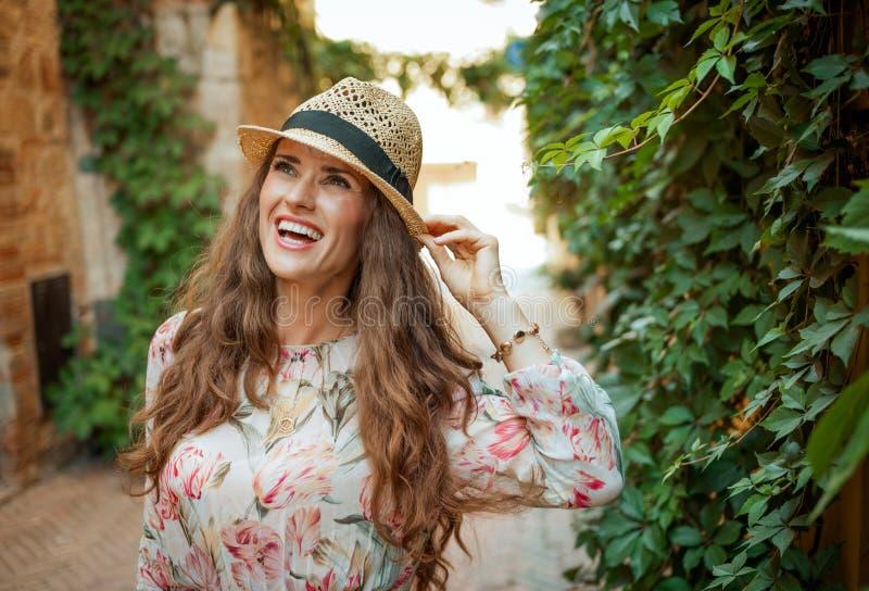 Lycklig handelsresandekvinna i den gamla Europa staden som tycker om promenad arkivbild