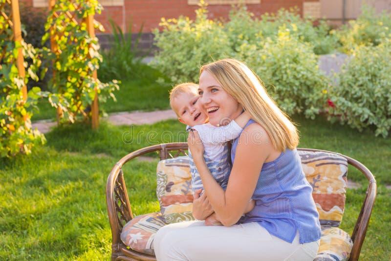Lycklig harmonisk familj utomhus fostra att skratta, och spela med behandla som ett barn i sommaren på naturen arkivbild