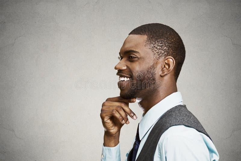 Lycklig headshot för sidosikt och att le dagdrömma affärsmannen arkivbild