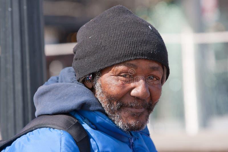 Lycklig hemlös afrikansk amerikanman fotografering för bildbyråer