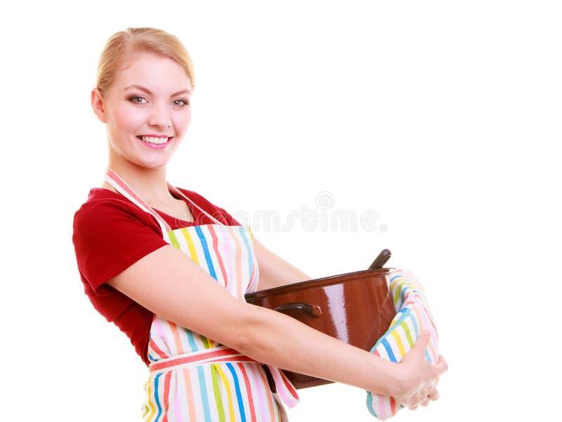 Lycklig hemmafru eller kock i kökförkläde med den isolerade krukan av soppa royaltyfria foton