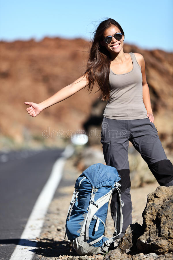 lycklig hitchhikerloppkvinna royaltyfri bild