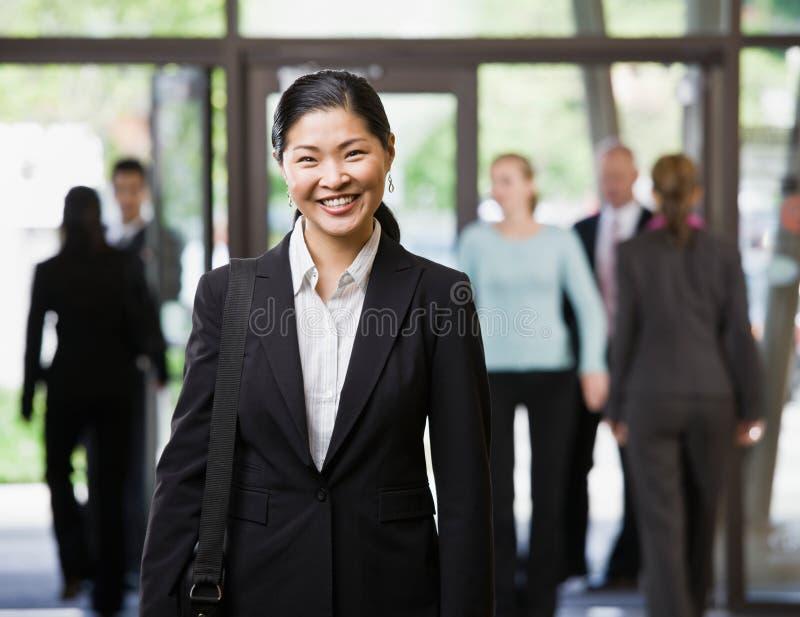 lycklig holding för asiatisk portföljaffärskvinna royaltyfria bilder