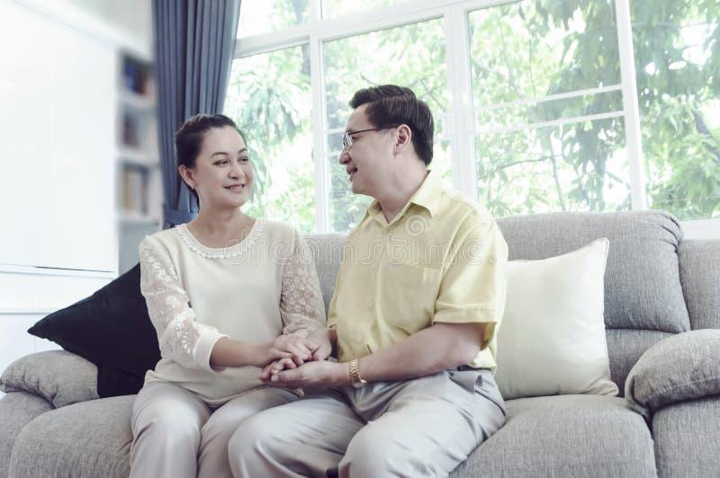 lycklig home avslappnande pensionär för par royaltyfri foto