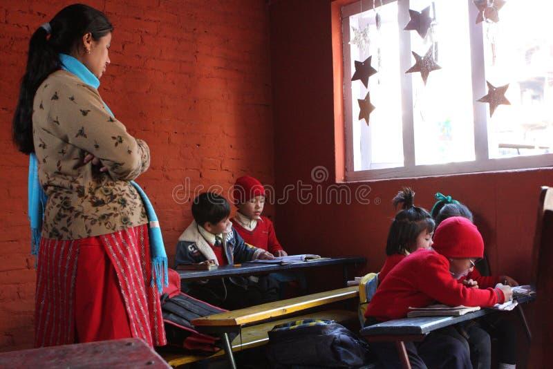 lycklig home kathmandu skola arkivbilder