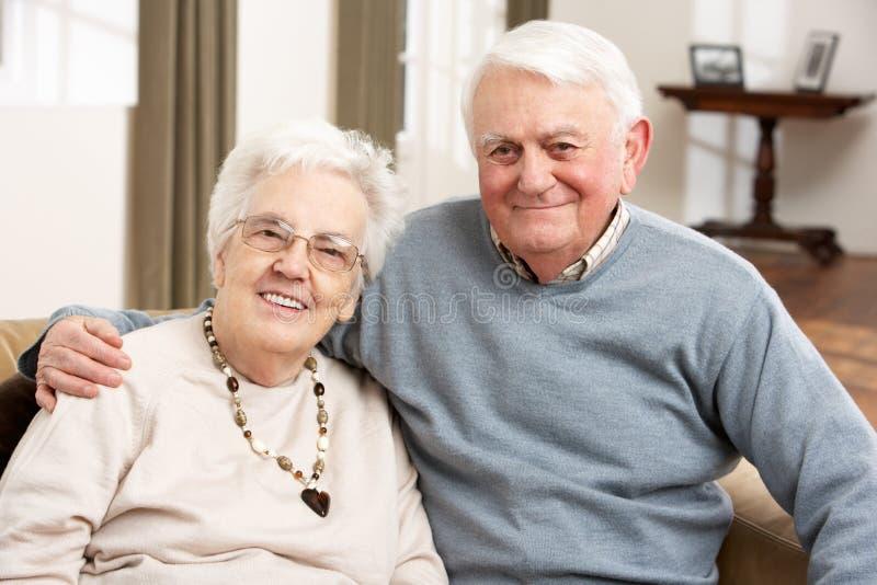 lycklig home ståendepensionär för par arkivfoton