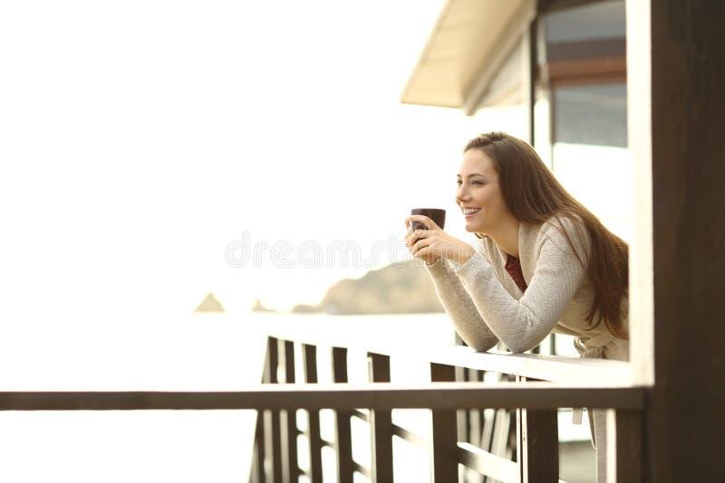 Lycklig hotellgäst som kopplar av dricka kaffe arkivbilder
