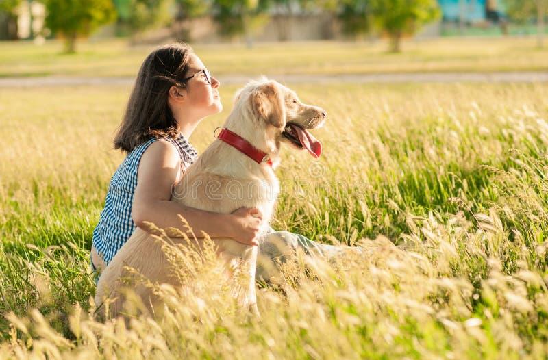 Lycklig hund och ägare som tycker om naturen i parkera royaltyfri bild