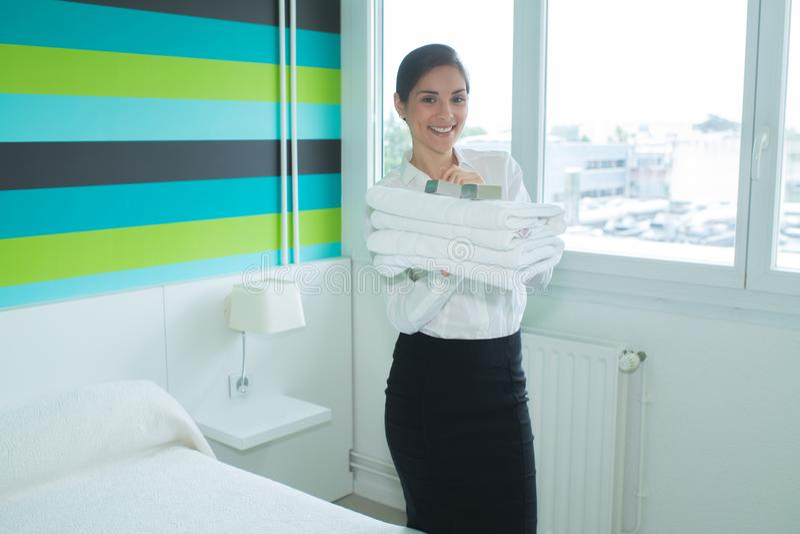 Lycklig hushållerska i hotellrum arkivbild