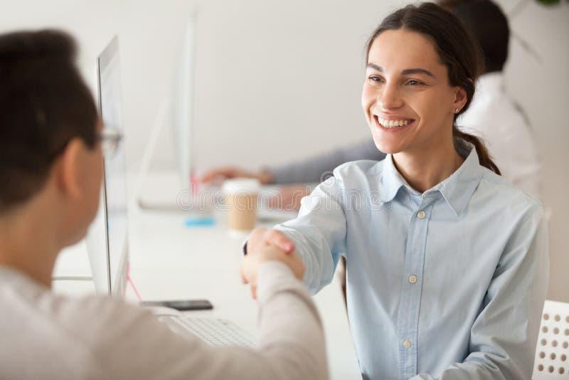 Lycklig hyrd allmäntjänstgörande läkare eller främjad kvinnaanställd som ler handshakin royaltyfria foton
