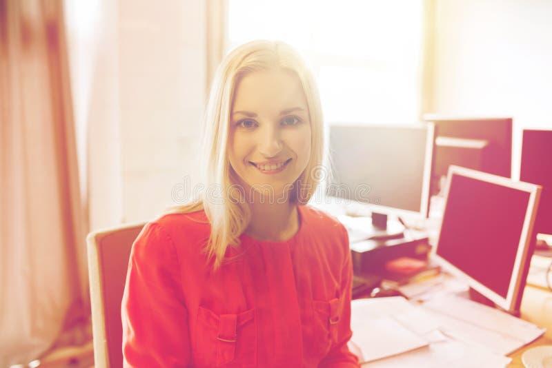 Lycklig idérik kvinnlig kontorsarbetare med datorer arkivfoton