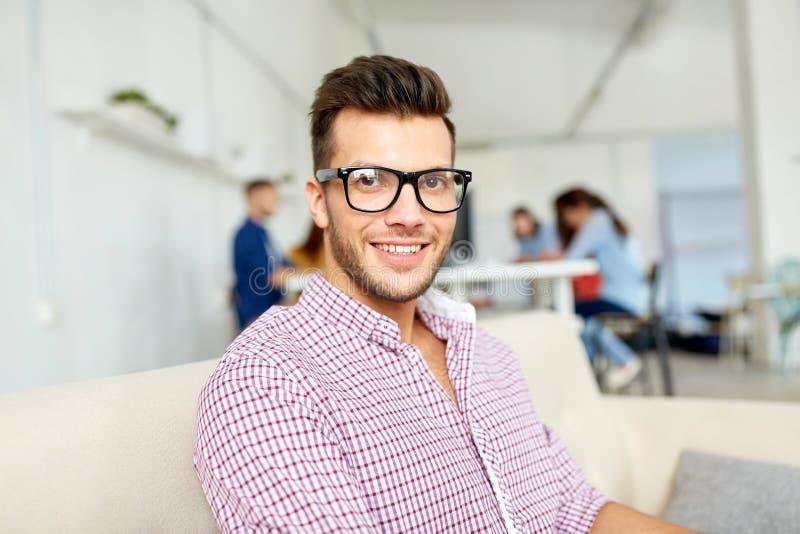 Lycklig idérik manlig arbetare på kontoret eller student arkivbilder