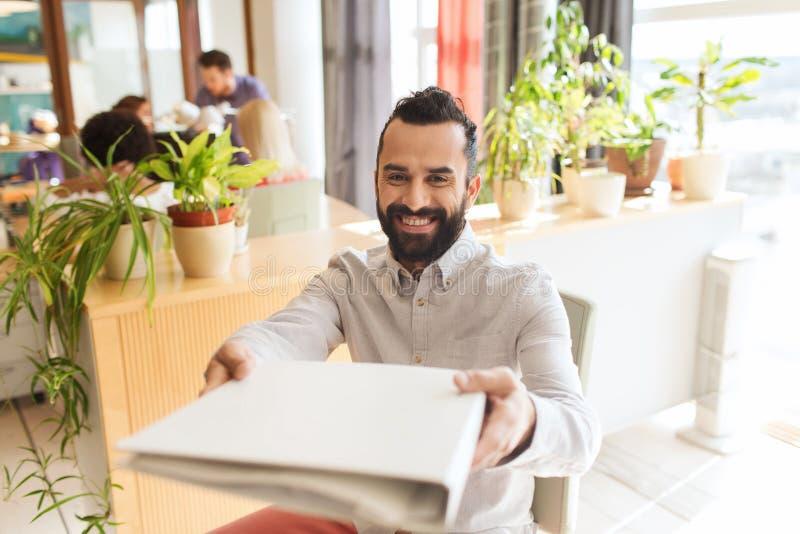 Lycklig idérik manlig kontorsarbetare med folfer royaltyfri bild