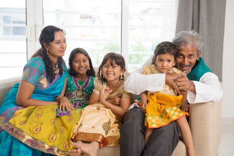 lycklig indier för familj royaltyfria foton