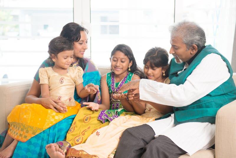 Lycklig indisk familj hemma arkivbilder