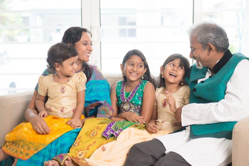 Lycklig indisk stående för familj inomhus royaltyfri bild