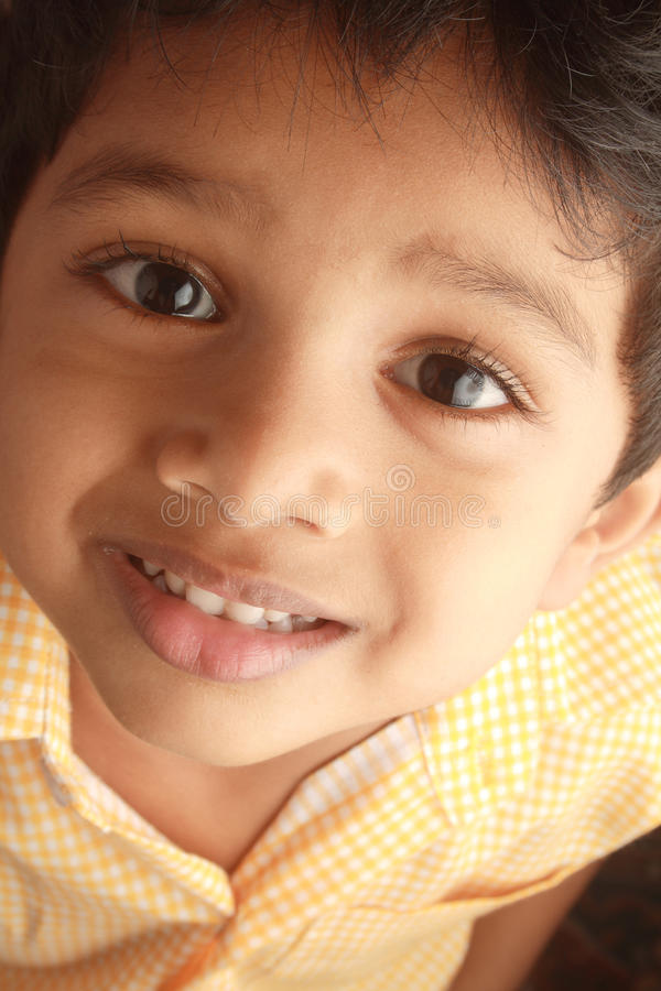 lycklig indisk unge arkivbild