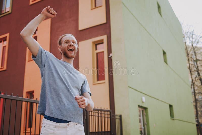 Lycklig innehavhand f?r ung man upp som vinnare arkivfoto