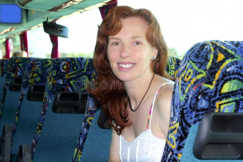 Lycklig inomhus turist- löpande kvinna för buss